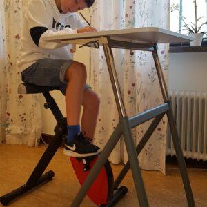 elevbord med skrivbordscykel